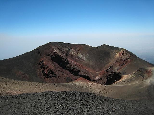 Sopka Etna na Sicílii má za sebou další erupci, chrlí kouř