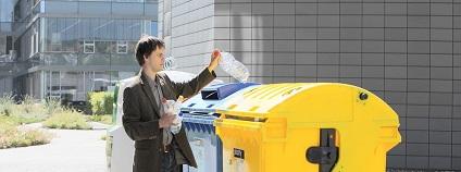V České republice se plasty, včetně PET lahví, sbírají do nádob žluté barvy, případně do pytlů určených na třídění plastů.