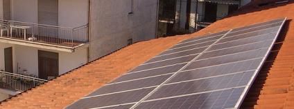 Fotovoltaická elektrárna na střeše domu Foto: CERP Wikimedia Commons