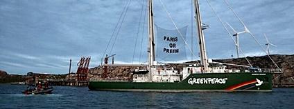 Loď Greenpeace zablokovala přístup ke švédské rafinerii Foto: Andrew McConnell/Greenpeace