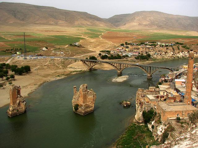 Tigris se líně vine mezi antickými ruinami a minarety Hasankeyfu, malého tureckého městečka, kde se vystřídali Římané, Byzantinci a turecké kmeny.