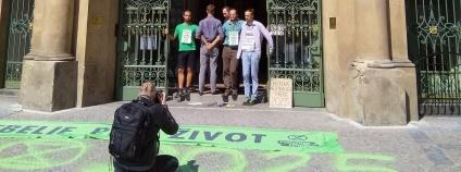 V pátek 23. 8. dopoledne několik členů hnutí Extinction Rebellion zablokovalo svými těly vchod do Ministerstva pro místní rozvoj na Staroměstském náměstí.