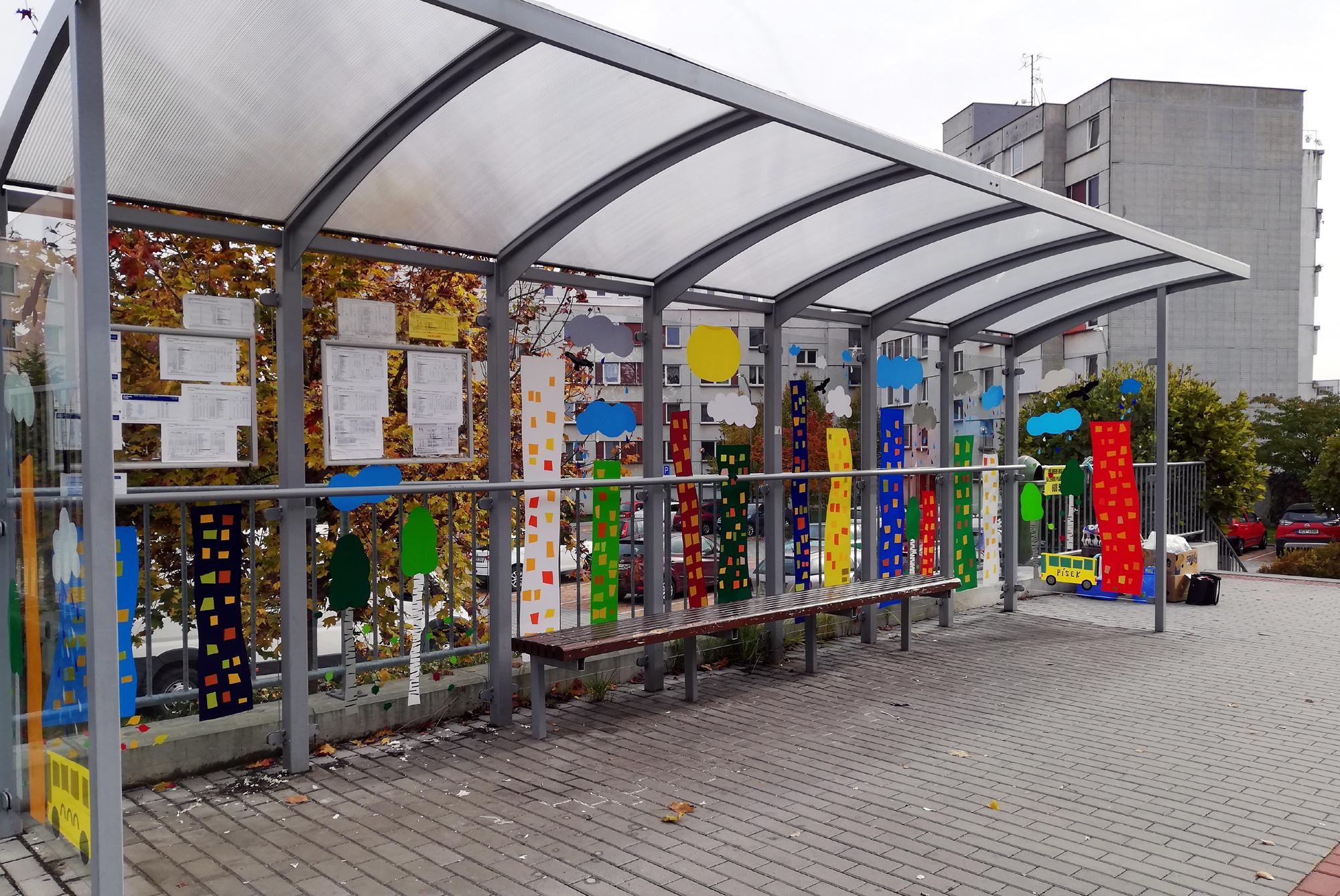 Zastávka autobusu Pražská v Písku zabezpečená před srážkami s ptáky.