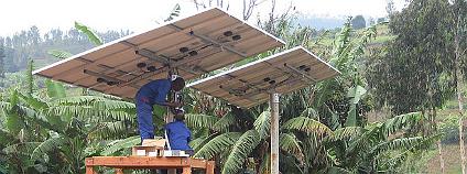Instalace fotovoltaických panelů pro zdravotnické centrum ve Rwandě. Foto: SolarEnima Flickr