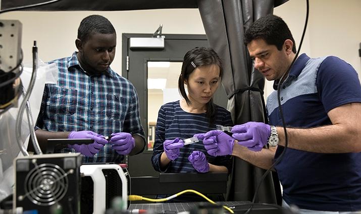 Congrui Jinová (uprostřed) spolu se svými doktorandy zkoumá betonové vzorky.