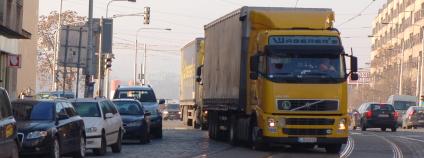 Kamiony projíždějící Prahou.