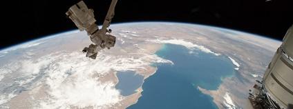 Pohled na Kaspické moře a robotický systém Kanadské kosmické agentury z Mezinárodní vesmírné stanice Foto: NASA Johnson Flickr.com