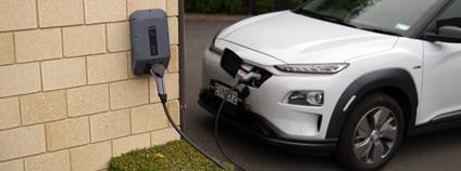 Dobíjení elektromobilu Hyundai Kona EV u domu Foto: Ed Harvey Unsplash