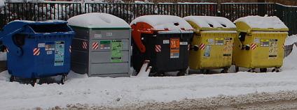 Kontejnery na tříděný odpad v zasněžené Praze.