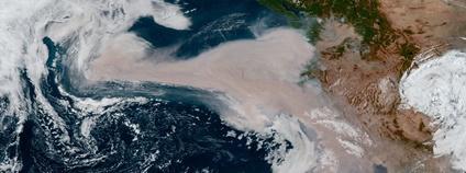 Šíření kouře z požárů na západním pobřeží USA v září 2020 Foto: Stuart Rankin (edited GOES West image) Flickr.com
