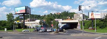 Křižovatky ulice Modřanská se sjezdem a nájezdem Barrandovského mostu, nájezd podchází Jižní spojku. ŠJů Wikimedia Commons