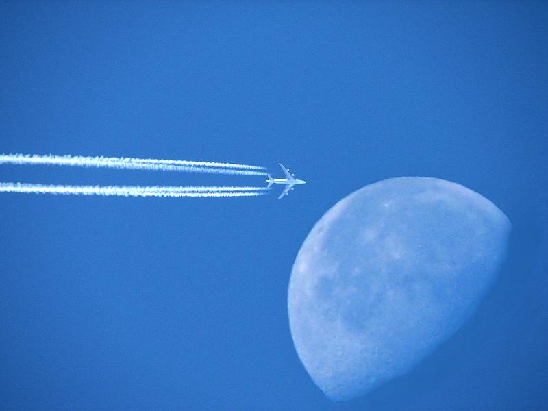 Z běžících motorů letadel (pístových, proudových, turbovrtulových) unikají stejně jako z motorů automobilů na zemi výfukové plyny.