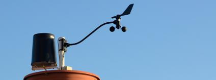 Meteorologická stanice s anemometrem a filtrem Foto: Olaf Speier Shutterstock