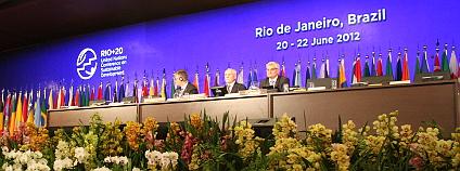 Bedřich Moldan (uprostřed) vede jednu z částí plenárního zasedání jako viceprizident Konference OSN o udržitelném rozvoji Rio+20. Foto: Jan Stejskal / Ekolist.cz