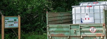 Náklaďáček, zřejmě s pár kubíky totálního herbicidu Roundup klasik na korbě, zaparkovaný u vstupu do národní přírodní rezervace Ranšpurk v oboře Soutok. 1. 8. 2009.