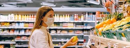 Nakupující žena v roušce Foto: Anna Shvets Pexels