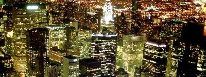 Noční Manhattan (New York City). Foto: diasUndKompott / Flickr.com