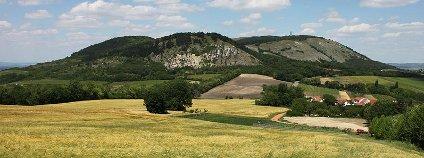 Pohled na severní část Pálavy od Sirotčího hradu - vrch Děvín a Kotel Foto: Martin Vavřík Wikimedia Commons