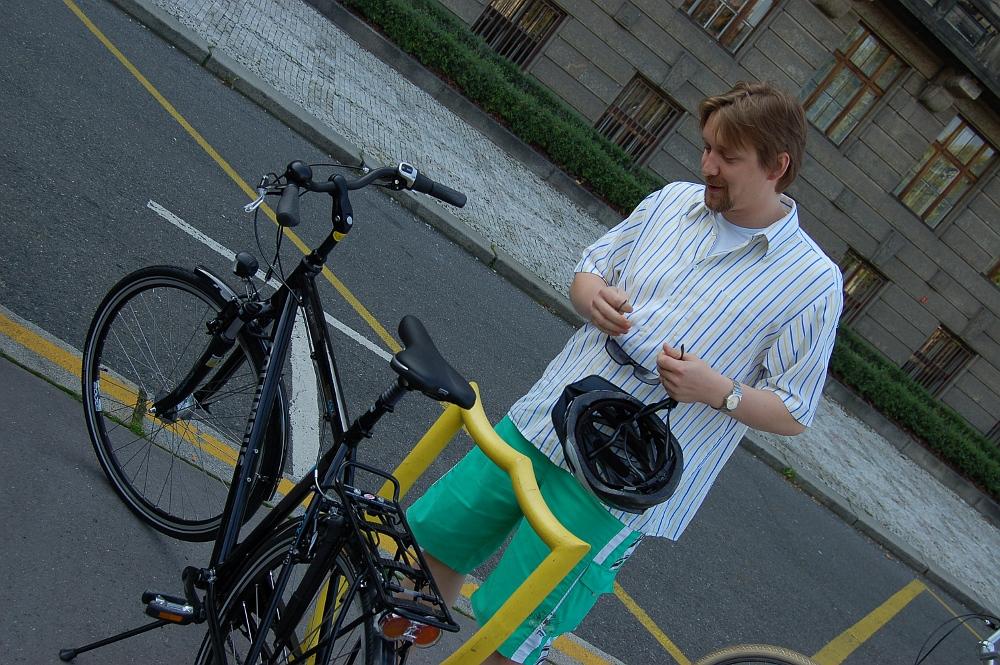 Ministr Pavel Dobeš kontroluje před jízdou stroj