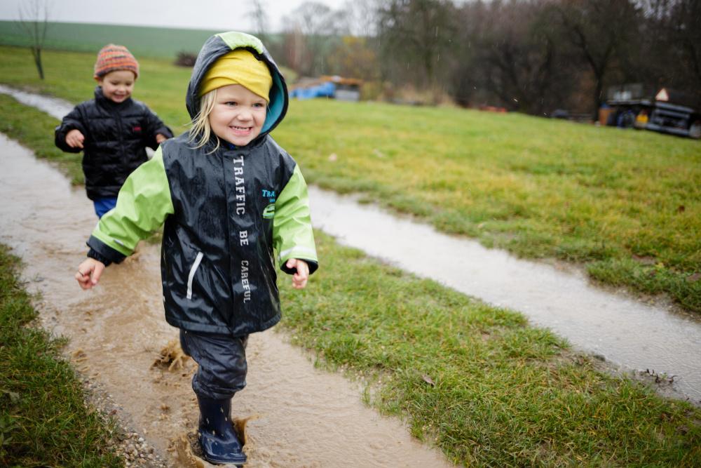 Bez nepromokavého oblečení se v lesní školce děti neobejdou. fba32098fe
