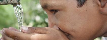 Indický chlapec pije z dlaní Foto: Barefoot Photographers of Tilonia Flickr