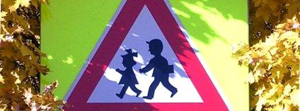 Dopravní značka upozorňující na nebezpečí nehody s dětmi. Foto: cs:ŠJů/Wikimedia Commons