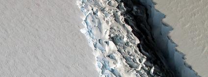 Prasklina v šelfovém ledovci Larsen C v západní Antarktidě Foto: Stuart Rankin / Flickr.com