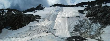 Ledovec Presena pokrytý plachtami pro ochrana proti tání Foto: sarabrag Flickr