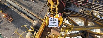 Chceme rychlý konec doby uhelné, žádají aktivisté a aktivistky Greenpeace z rypadla v dole Vršany Foto: Barbora Sommersová Greenpeace