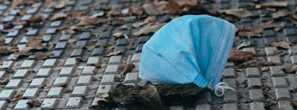 Rouška pohozená na ulici Foto: Marta Ortigosa unsplash