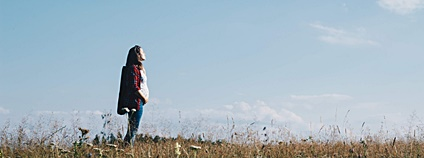 Mladá dívka v krajině Foto: Sergiu Vălenaș unsplash.com