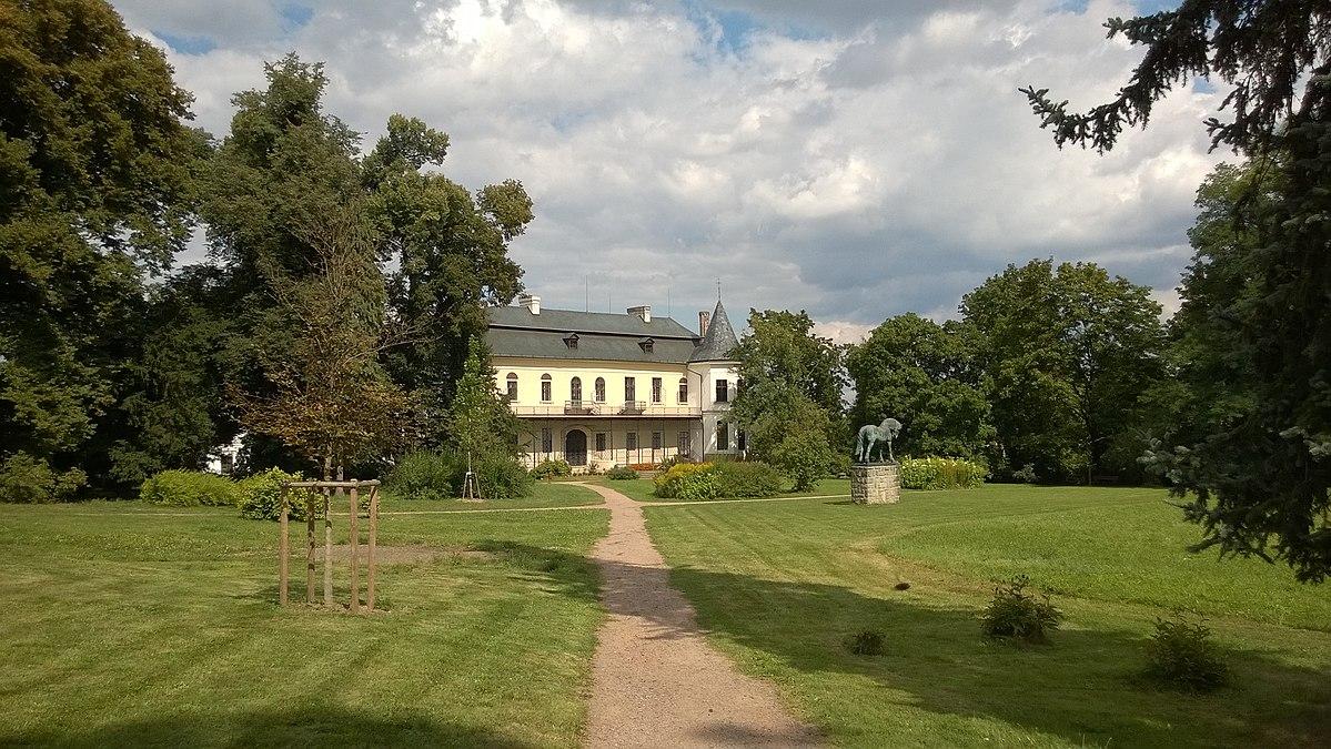 Zámek Slatiňany otevřel zahradu, zatím bude přístupná o víkendech