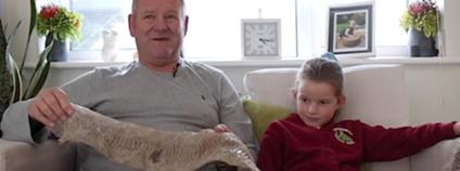 Britská holčička našla svlečenou kůži ohromného hroznýše Foto: dailymail.co.uk