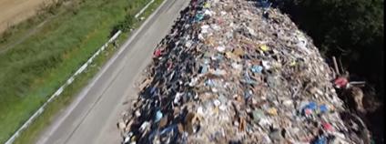 Kupa odpadu na dálnici po záplavách v Belgii Foto: Le Parisien / youtube.com