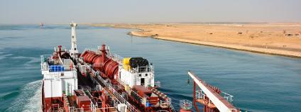 Tanker plavící se Suezským kanálem Foto: andrej pol Shutterstock.com