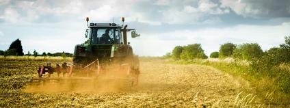 Traktor na poli Foto: antb Shutterstock