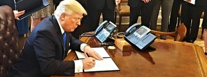 Podpis pokynů, které mají urychlit výstavbu ropovodů Keystone XL a Dakota Access Pipeline