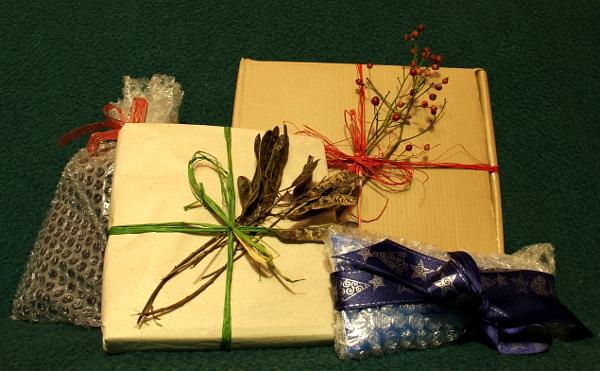 Zabalit dárky můžete i netradičně. Třeba do bublinkové fólie nebo obyčejného balicího papíru bez potisku. Stačí lehce přizdobit a originální zabalení je na světě.