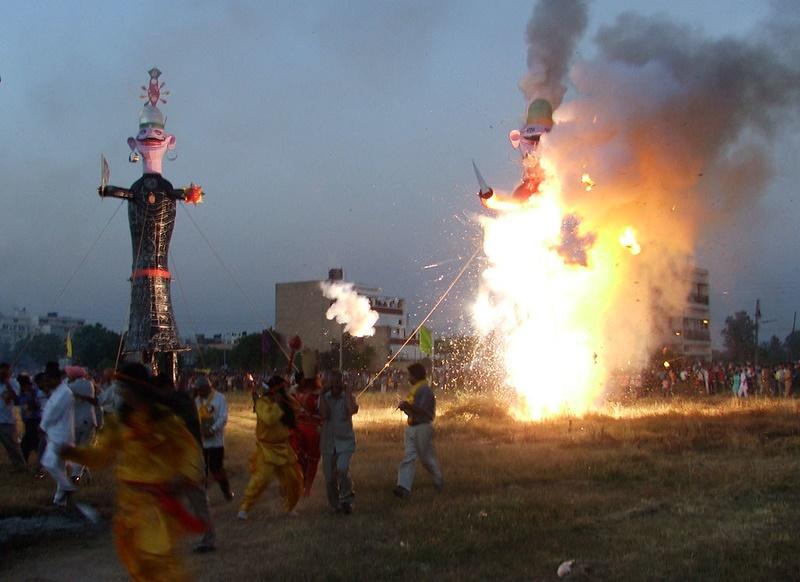 V Dillí se zhoršilo ovzduší kvůli hinduistickému svátku. K oslavám patří pálení figurín bájného krále démonů
