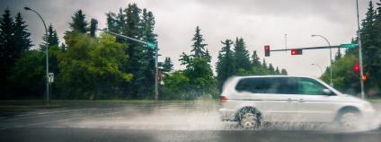 Auto projíždí kaluží Foto: Wallpaper Flare