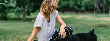 Žena se psem v parku Foto: Pixabay