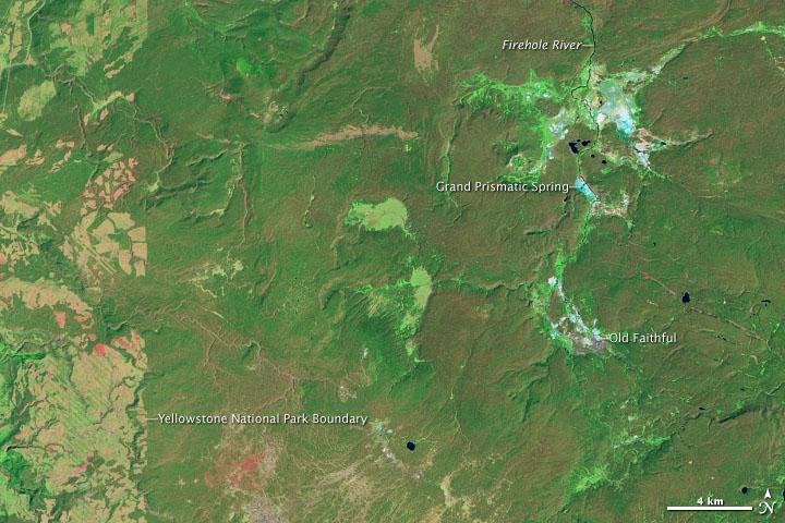 V létě 1988 spálily požáry obrovskou část nejstaršího národního parku na světě, amerického Yellowstone. K jednomu z největších požárů došlo v západním Yellowstonu, kde se nachází i slavný gejzír Old Faithful. Tento snímek je ještě z roku 1987 a ukazuje celou oblast pěkně zelenou pokrytou rozsáhlými lesy.